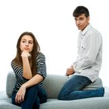 Pares adolescentes con las caras largas después de la pelea. Imágenes de archivo libres de regalías