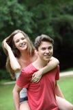 Pares adolescentes de risa felices Foto de archivo