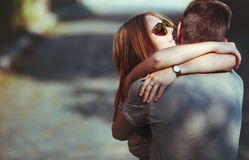 Pares adolescentes doces que abraçam na rua. Imagem de Stock