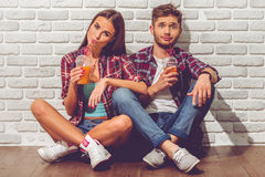 Pares adolescentes elegantes Foto de archivo libre de regalías