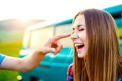 Pares adolescentes en amor afuera, hombre que toca su nariz Imágenes de archivo libres de regalías