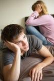 Pares adolescentes en dormitorio después del argumento Imagen de archivo
