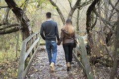 Pares adolescentes en el parque del otoño Fotografía de archivo libre de regalías