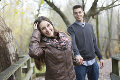 Pares adolescentes en el parque del otoño Imagen de archivo libre de regalías