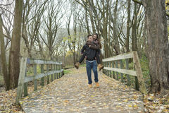 Pares adolescentes en el parque del otoño Fotografía de archivo