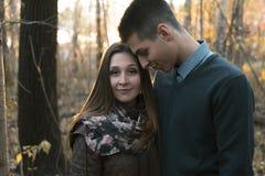 Pares adolescentes en el parque del otoño Imágenes de archivo libres de regalías
