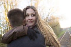 Pares adolescentes en el parque del otoño Fotos de archivo libres de regalías