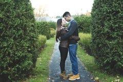 Pares adolescentes en el parque del otoño Imagen de archivo