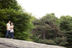 Pares adolescentes en el parque que mira el cielo Imagen de archivo