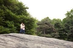 Pares adolescentes en el parque que mira el cielo Imagen de archivo libre de regalías