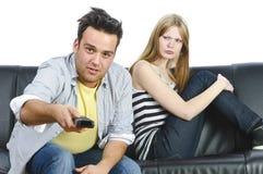 Pares adolescentes en el sofá Imagenes de archivo