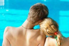 Pares adolescentes en la piscina Fotos de archivo libres de regalías