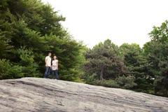 Pares adolescentes en parque Fotos de archivo libres de regalías