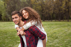 Pares adolescentes en parque Imagenes de archivo