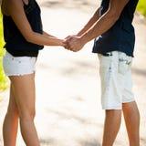 Pares adolescentes en una tarde del verano tardío en parque Fotos de archivo libres de regalías