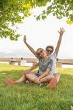 Pares adolescentes felices emocionales jovenes Fotos de archivo