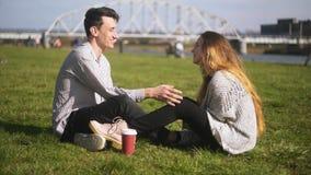 Pares adolescentes felices en amor en el parque Pares atractivos que tienen momento de dulzura, mirando uno a estudiantes almacen de metraje de vídeo
