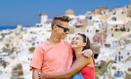 Pares adolescentes felices en la isla del santorini Foto de archivo