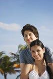 Pares adolescentes felices en la playa Fotos de archivo libres de regalías