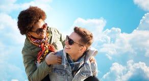 Pares adolescentes felices en las sombras que se divierten al aire libre Imagenes de archivo