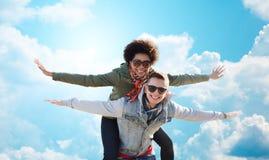 Pares adolescentes felices en las sombras que se divierten al aire libre Foto de archivo