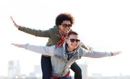 Pares adolescentes felices en las sombras que se divierten al aire libre Fotografía de archivo libre de regalías