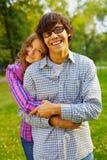 Pares adolescentes felices en parque Foto de archivo libre de regalías