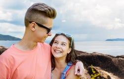 Pares adolescentes felices que abrazan al aire libre Fotografía de archivo