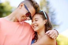 Pares adolescentes felices que abrazan en el verano Imagenes de archivo