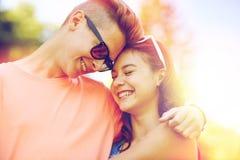 Pares adolescentes felices que abrazan en el verano Foto de archivo libre de regalías