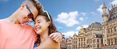 Pares adolescentes felices que abrazan en la ciudad de Bruselas Foto de archivo libre de regalías