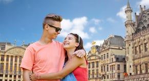 Pares adolescentes felices que abrazan en la ciudad de Bruselas Fotos de archivo
