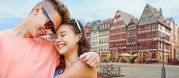 Pares adolescentes felices que abrazan en la ciudad de Francfort Imagenes de archivo