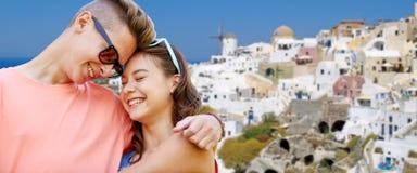 Pares adolescentes felices que abrazan en la isla del santorini Imagen de archivo libre de regalías