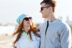 Pares adolescentes felices que caminan en ciudad Imagenes de archivo