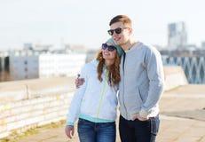 Pares adolescentes felices que caminan en ciudad Fotos de archivo libres de regalías
