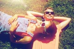 Pares adolescentes felices que mienten en hierba en el verano Imagen de archivo