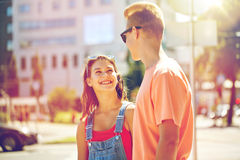 Pares adolescentes felices que miran uno a en ciudad Imagenes de archivo
