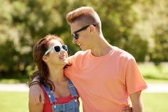 Pares adolescentes felices que miran uno a en parque Fotografía de archivo