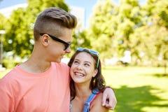 Pares adolescentes felices que miran uno a en parque Fotos de archivo