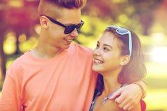 Pares adolescentes felices que miran uno a en parque Fotos de archivo libres de regalías