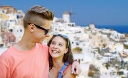 Pares adolescentes felices que miran uno a en parque Imagenes de archivo