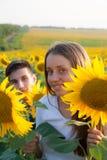 Pares adolescentes felices que se divierten Imagen de archivo libre de regalías
