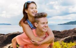 Pares adolescentes felices que se divierten al aire libre Foto de archivo libre de regalías