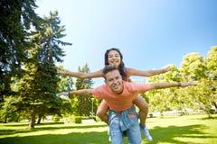 Pares adolescentes felices que se divierten en el parque del verano Fotografía de archivo libre de regalías