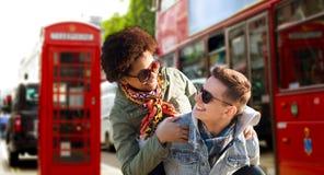 Pares adolescentes felices que se divierten en la ciudad de Londres Imagen de archivo libre de regalías