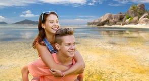 Pares adolescentes felices que se divierten en la playa del verano Fotos de archivo