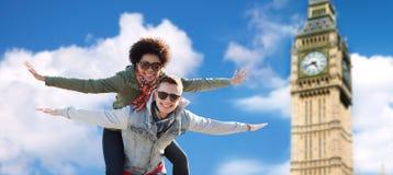 Pares adolescentes felices que se divierten sobre la torre de ben grande Foto de archivo libre de regalías