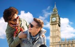 Pares adolescentes felices que se divierten sobre la torre de ben grande Imagen de archivo libre de regalías