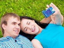 Pares adolescentes felices que toman el cuadro Foto de archivo libre de regalías